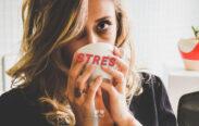 Aké sú príznaky stresu? Ako sa zbaviť stresu a žena pod stresom pije zo šálky stres. Dobrú chuť, zastavme stres.