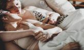 Ako zaspať rýchlo - metódy, možnosti a triky. Dvaja zaspávajúci ľudia.