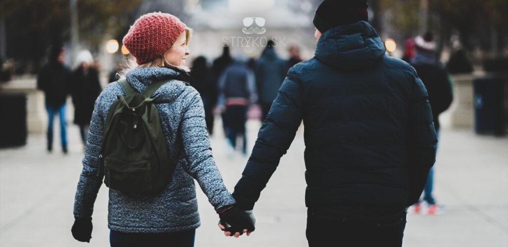Ako na online zoznamovanie a čo by mal muž robiť, respektívne v tomto prípade robiť nemal. Na fotke sa drží pár, muž a žena, za ruky. Asi sa im láska darí.